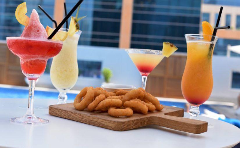 เป็นวันหยุดสุดสัปดาห์และเป็นวิธีที่ดีกว่าในการเริ่มต้นด้วย Happy Hour ใน Bay Clu …