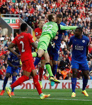 ลิเวอร์พูล Simon Mignolet และ Robert Huth ของ Leicester City ลุกขึ้นและ …