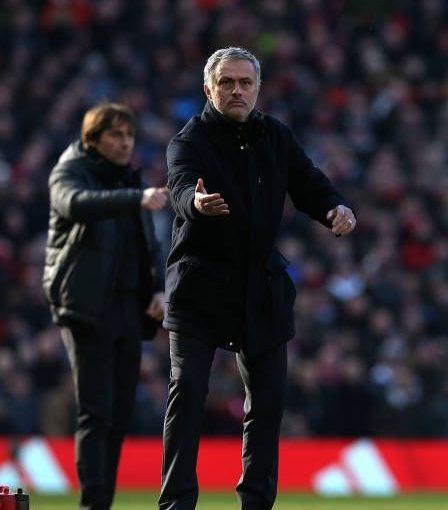 ผู้จัดการ Jose Mourinho ของแมนเชสเตอร์ยูไนเต็ดคว้าบอลในช่วง Premier L …