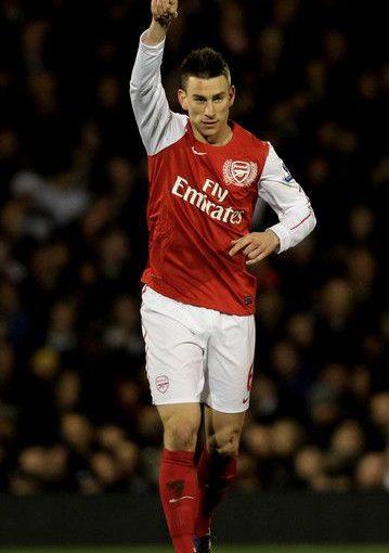 Laurent Koscielny จาก Arsenal เฉลิมฉลองหลังจากทำประตูได้ยาก …