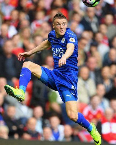 Jamie Vardy จาก Leicester City พยายามที่จะควบคุมลูกในช่วงกลางอากาศระหว่าง th …