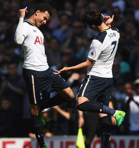 Dele Alli แห่ง Tottenham Hotspur (L) ฉลองการทำประตูแรกของเขากับ …